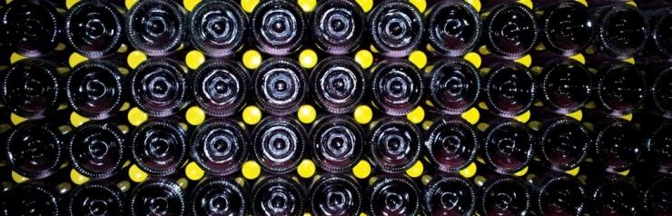 Wijnkelder met champagneflessen